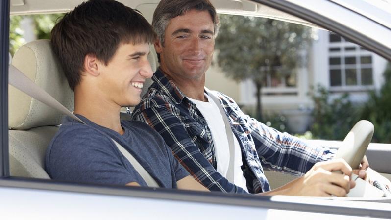 Wenn Fahranfänger belegen können, dass sie zunächst nur mit Begleitung fahren, sieht die Versicherung das als Beweis für vorsichtiges Fahren an. Hier gilt die Prognose, dass nur geringe oder keine Unfallkosten anfallen werden.
