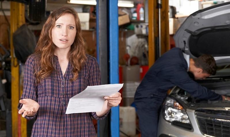 Die Kosten für eine Autoreparatur werden häufig unterschätzt. Bei einem unerwarteten Defekt fühlen sich die Fahrzeugbesitzer verunsichert, denn diese Zusatzkosten haben sie nicht auf ihrer Rechnung stehen. (#02)