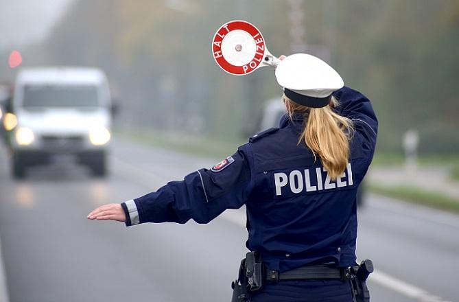 Ganz allgemein und grundsätzlich gilt: obwohl dieses Verfahren mit Abstand das ungenaueste ist, darf sich die Polizei der Feststellung einer möglichen Geschwindigkeitsübertretung ohne Messung bedienen.(#02)