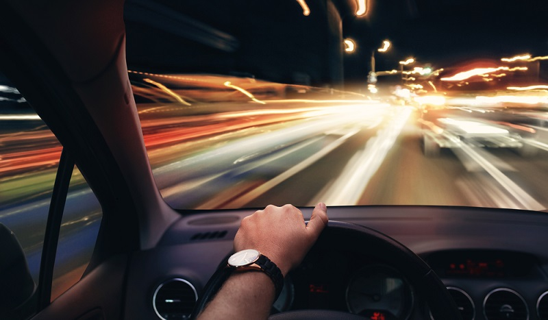 Rasen ist gefaehrlich: Wenn ein Kraftfahrzeugrennen auf den öffentlichen Straßen stattfindet, ist eine entsprechende Erlaubnis erforderlich. (#02)