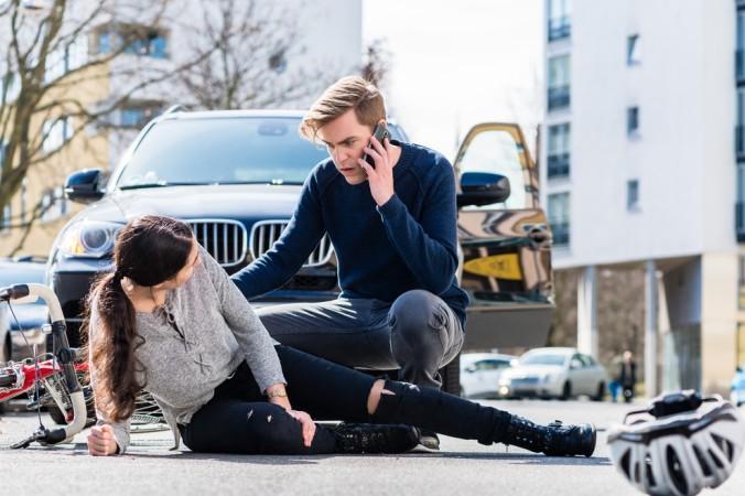Eine Kfz-Versicherung dient unter anderem dazu, die Versorgung der Unfallopfer sicherzustellen. Aber auch der Unfallverursacher sollte sich vor Ort um die verunfallten Personen kümmern und bei Bedarf Erste Hilfe leisten und den Notruf absetzen. (#1)