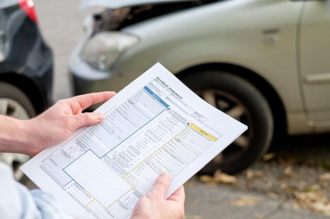Es ist hilfreich, wenn Sie immer einen Unfallbericht in Ihrem Handschuhfach mitführen. Meist stellt die Versicherung einen solchen zur Verfügung. Dieser wird von den Unfallbeteiligten ausgefüllt und unterschrieben. Im Anschluss erhalten alle Unfallbeteiligten einen Durchschlag. (#2)