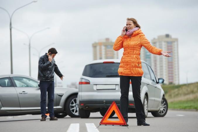 Nach einem Verkehrsunfall sollte die Unfallstelle sofort abgesichert werden. Stellen sie ein Warndreieck auf. Bleiben Sie nicht auf der Fahrbahn stehen, sondern bringen Sie sich selbst in Sicherheit und setzen dann den Notruf ab. (#4)
