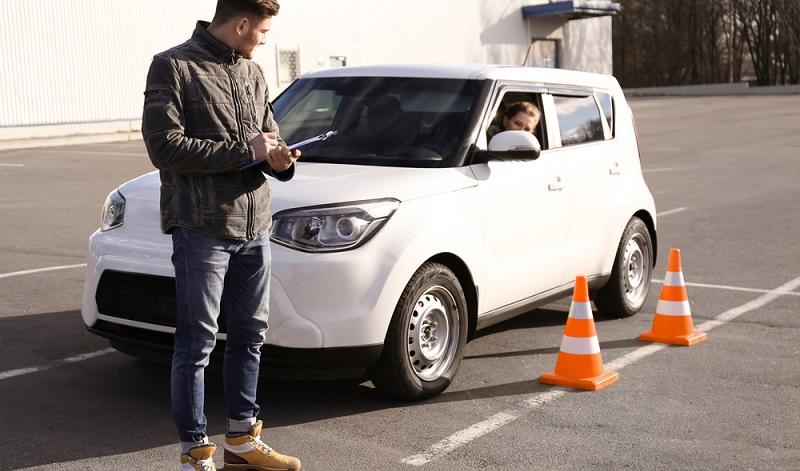 Ganz einfach: Sie sind immer dazu angehalten, effizient und umweltbewusst zu fahren. Das schließt das Losfahren mit quietschenden und qualmenden Reifen von vornherein aus! (#02)