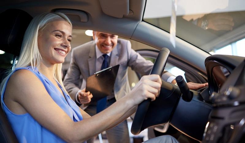 Ein Teil der Besichtigung, der in jedem Fall genutzt werden sollte, ist die Probefahrt. Nur auf der Straße ist ersichtlich, ob ein Wagen im Hinblick auf Lenkverhalten, Beschleunigung und Handling den eigenen Anforderungen entspricht. (#03)