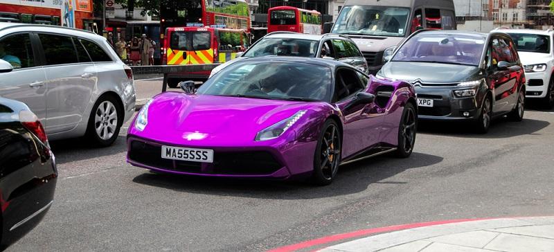 Wohl bei keiner anderen Automarke geht es so sehr um die Farbe wie bei den Ferraris. Sie müssen rot sein – ist der Lack nicht rot, ist das gesamte Fahrzeug gleich 10 Prozent günstiger.