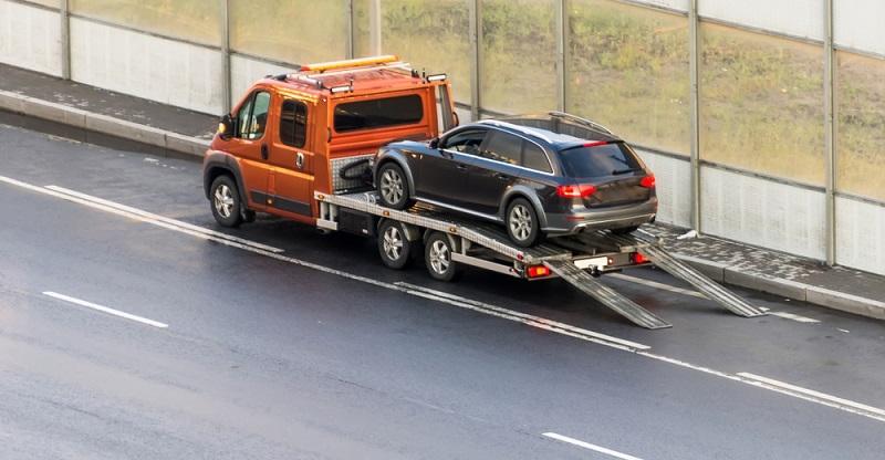 Wird das Auto dennoch an der Straße geparkt, drohen Bußgelder und das Abschleppen des Fahrzeugs.