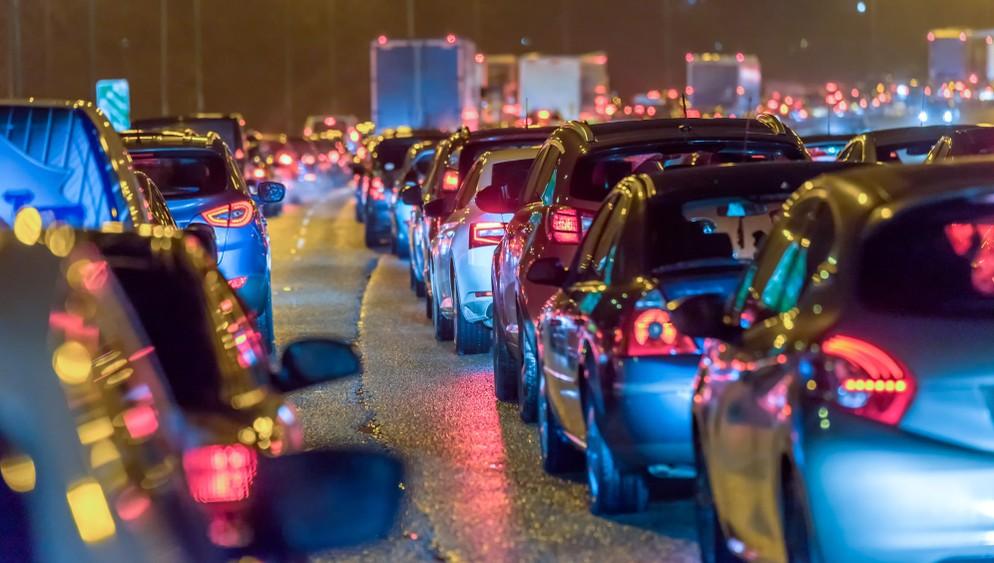 Der immer dichter werdende Verkehr in den Innenstädten wird eines der großen Probleme sein, zu deren Lösung Autonomes Fahren (Mercedes, BMW, Volkswagen & Co. arbeiten daran) einen großen Beitrag leistet. (Foto: shutterstock - Jevanto Productions, #5)