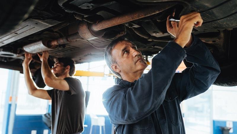 Der Auspuff gilt als Verschleißteil, daher müssen alle Autobesitzer früher oder später mit entsprechenden Auspuff-Reparaturkosten rechnen.  ( Foto: Shutterstock- k_Jacob Lund)