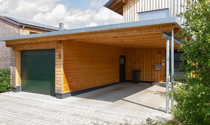 Bei den Holz-Varianten des Carports wird vorrangig mit Lärchenholz gearbeitet. ( Foto: Shutterstock-_rudolfgeiger )