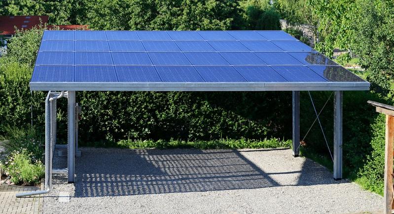 Das Dach des Carports lässt sich prima für Kollektoren nutzen ( Foto: Shutterstock- Marina Lohrbach)