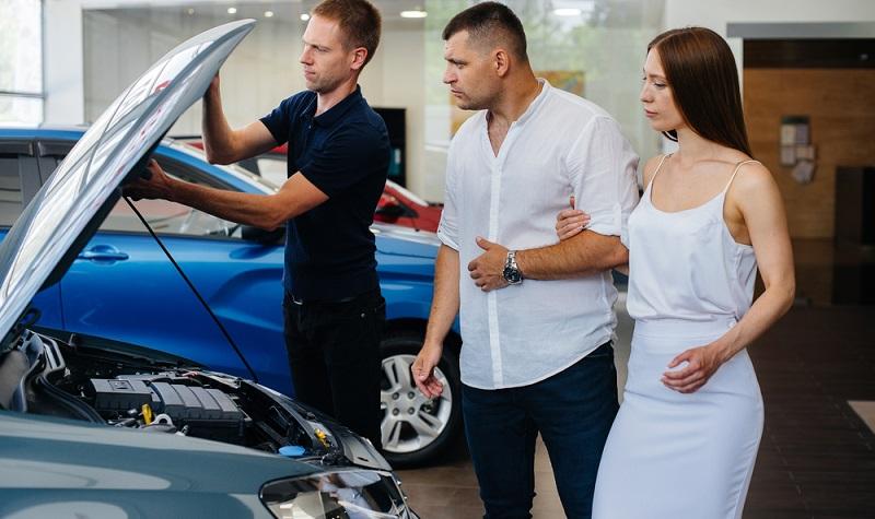 Auch in einem Autohaus kann ein Auto einen verdeckten Unfallschaden haben. ( Foto: Shutterstock- Andrii Medvednikov_)