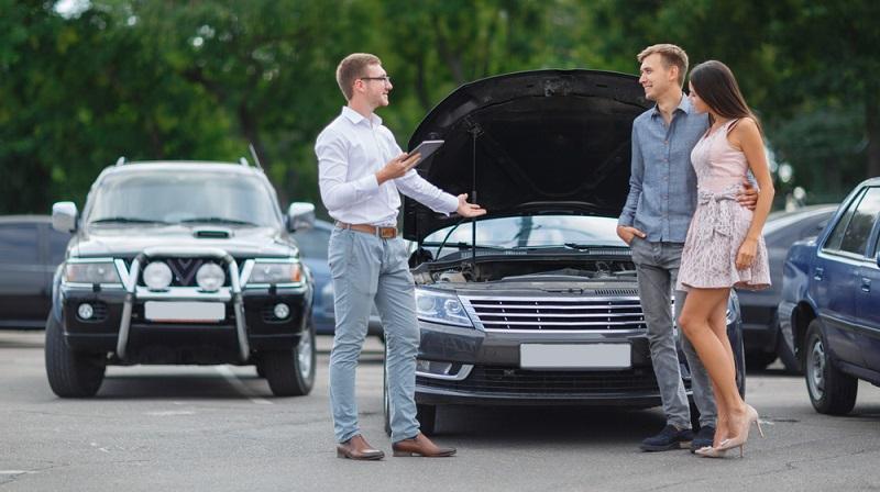 Meist versteht man nichts von Autos und verlässt sich auf den Verkäufer ( Foto: Shutterstock-_ Alfa Photostudio )